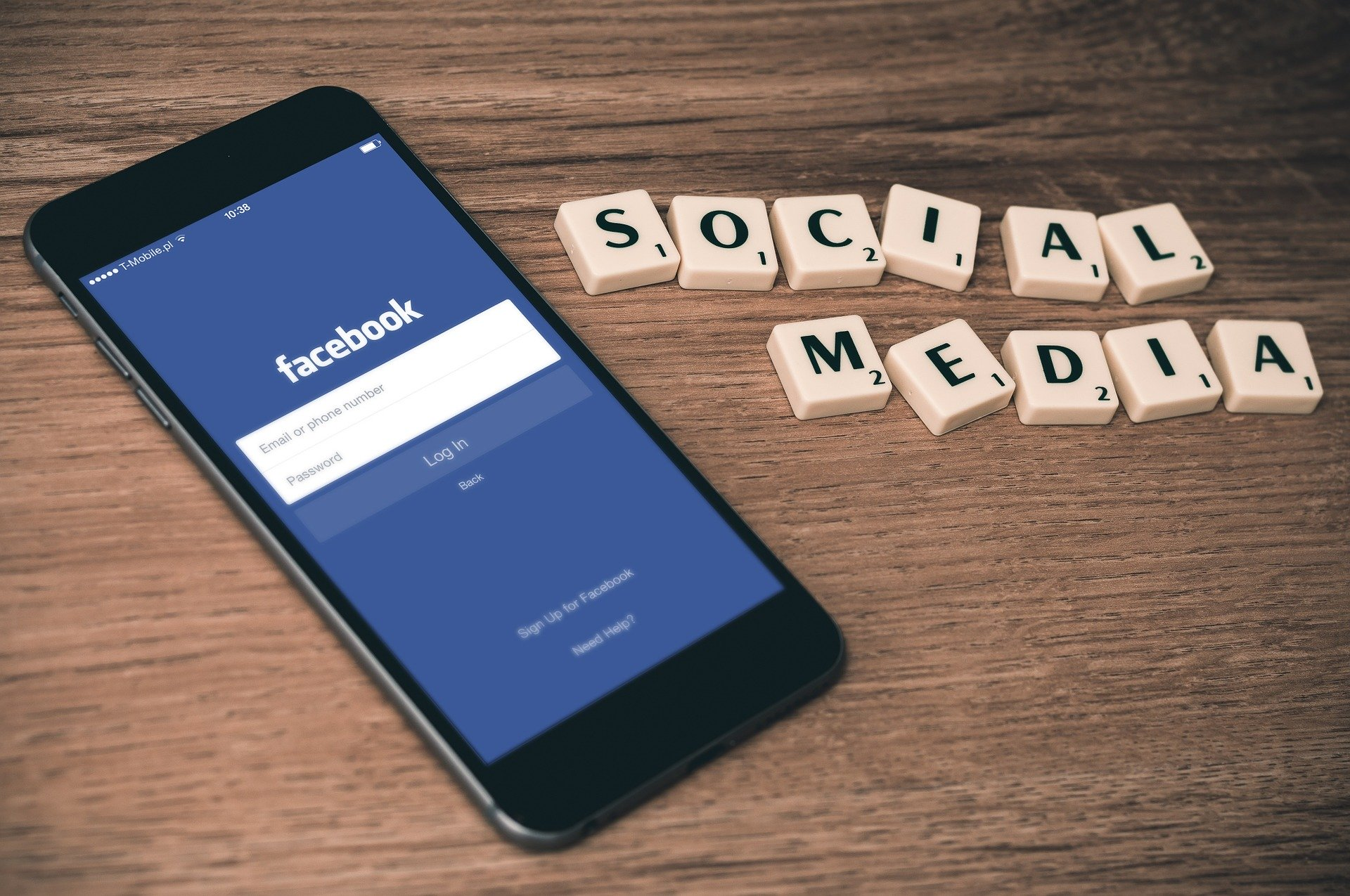 Smartphone con schermata di facebook